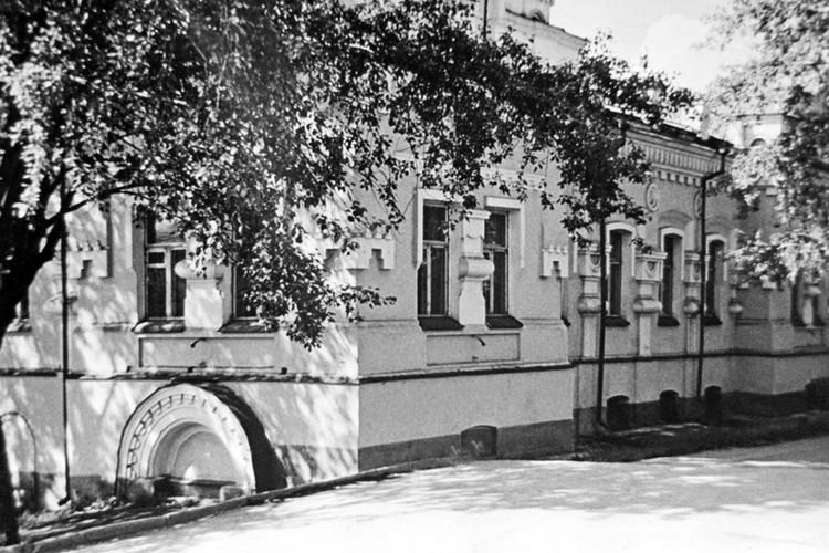Екатеринбург. 1 сентября 1918 г. Дом Ипатьева, не сохранившийся до наших дней, в подвале которого(внизу слева), была расстреляна царская семья