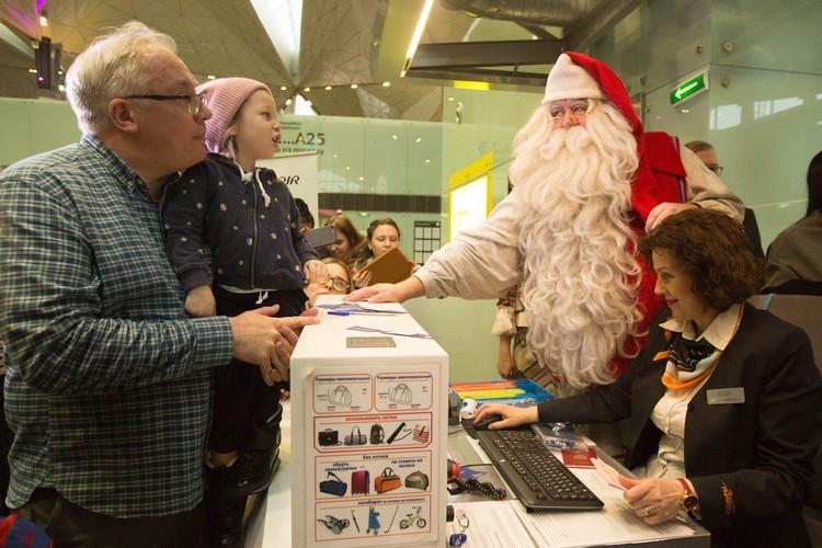 Пассажирам, летящим в Финдяндию, Санта лично вручил посадочные талоны.