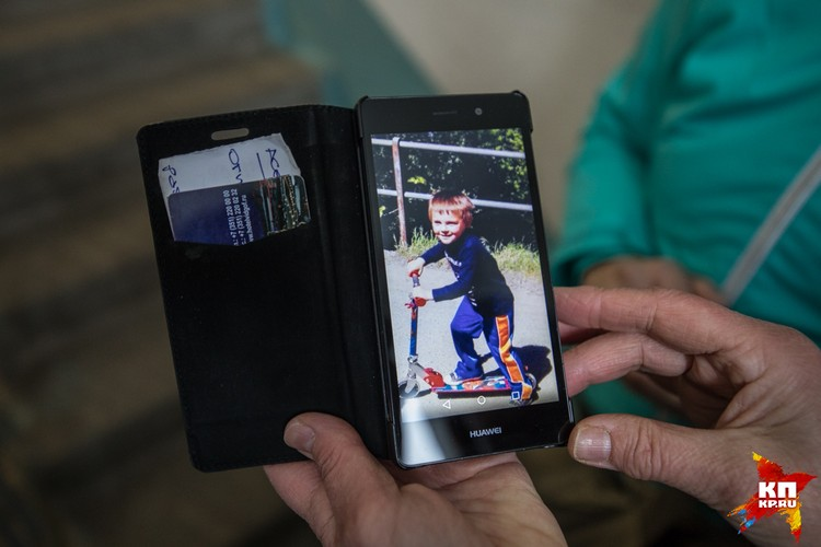 У бабушки в телефоне сохранены снимки внука.
