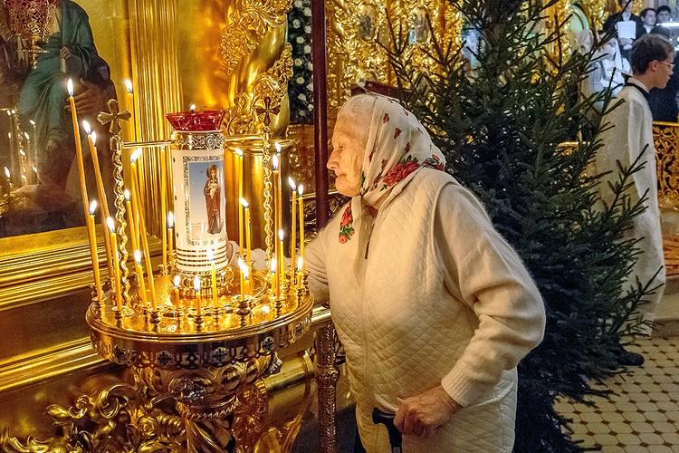 Прихожанка во время праздничного богослужения по случаю Рождества Христова в Свято-Троицком храме.