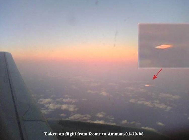 Зафиксированы случаи, когда НЛО приближались и к гражданским лайнерам.