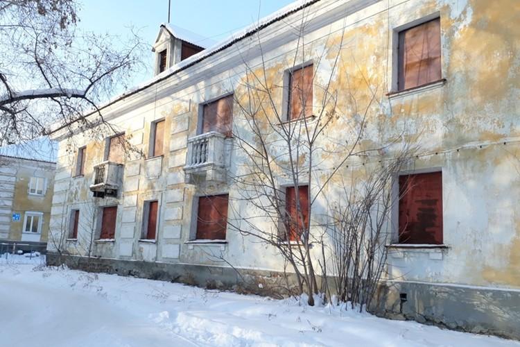 Вэтом здании располагался отдел милиции, в котором работал Попков. В трех шагах от него - его дом.