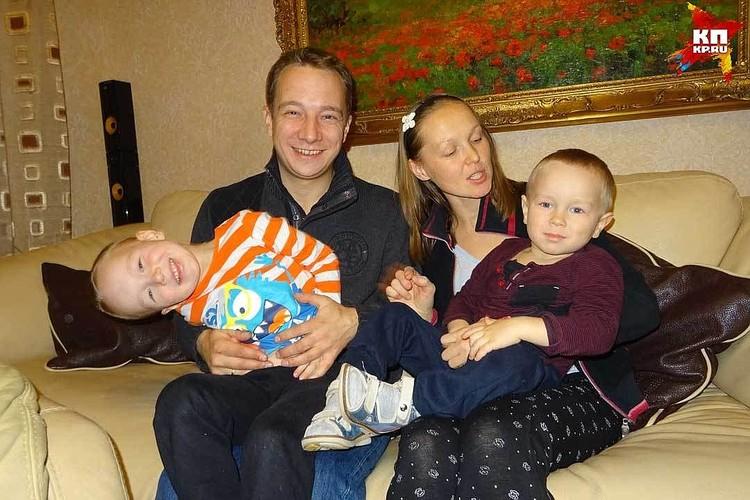 Дмитрий счастлив в браке. Вместе с супругой Марией они воспитывают двух мальчишек - Федю и Егора