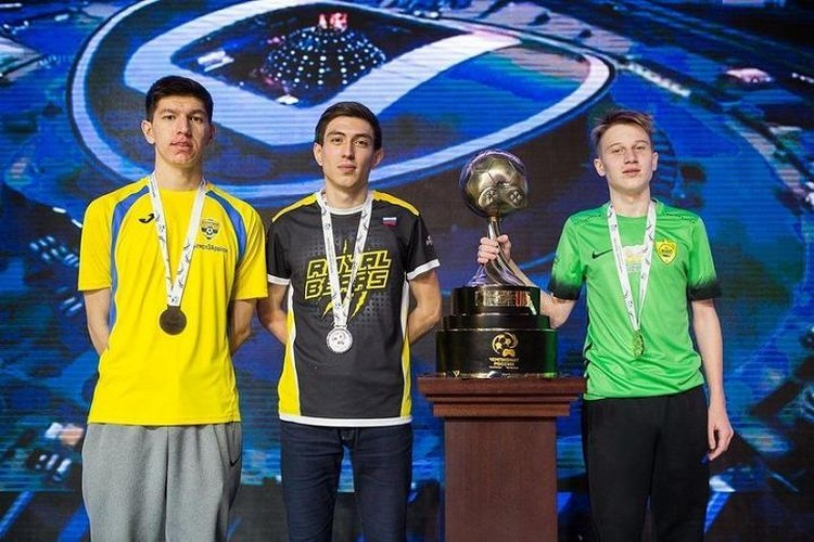 Хан Балабеков (слева) с кубком победителя Чемпионата России по FIFA 18. Фото: пресс-служба ФК «Анжи»
