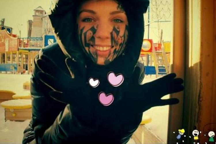 Олеся от наплыва чувств позволила любимому сделать на лице огромную татуировку
