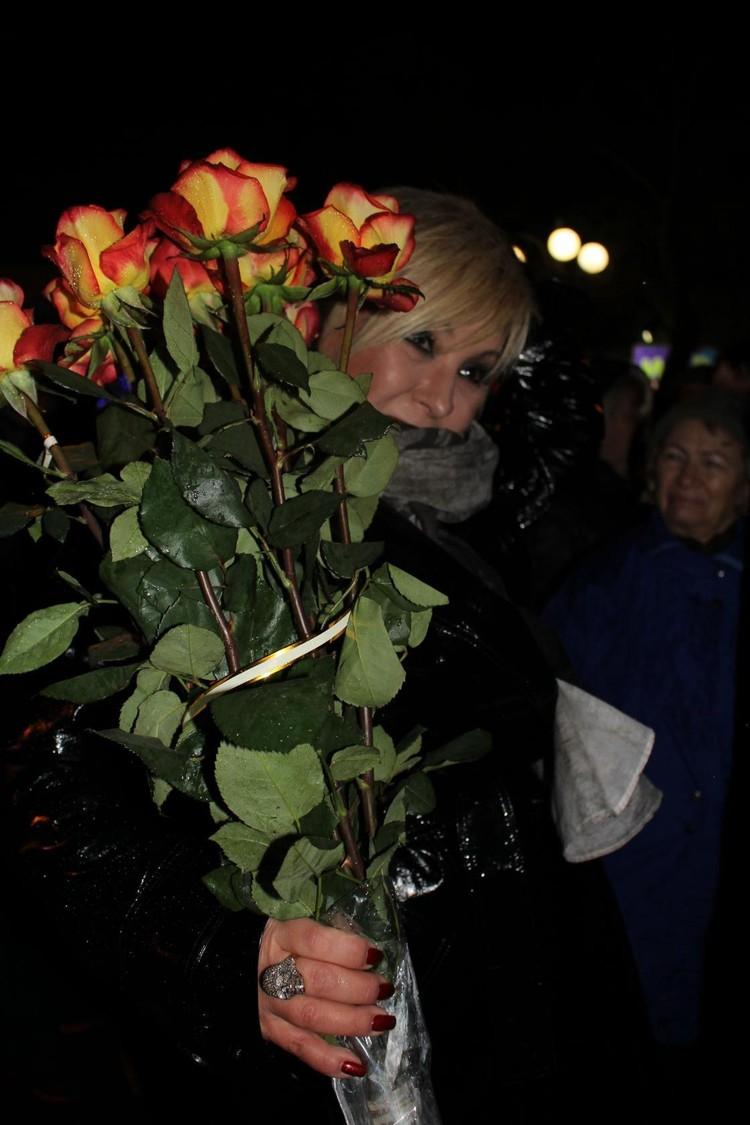 Зрители подарили артистке аплодисменты и цветы. Фото: пресс-служба администрации г. Феодосия