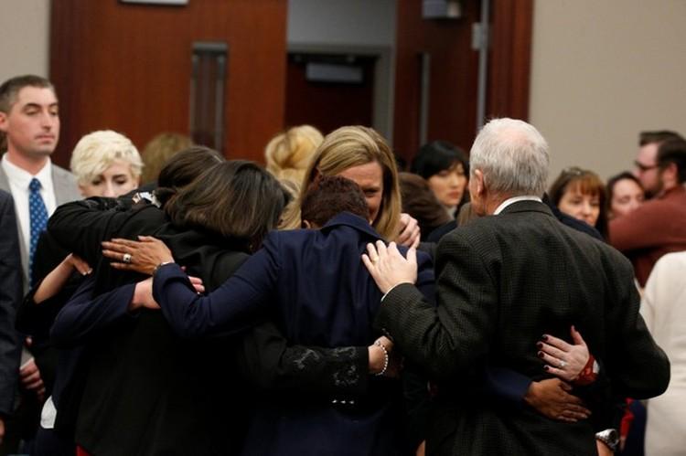 Члены команды обвинения после слов судьи стали обнимать друг друга