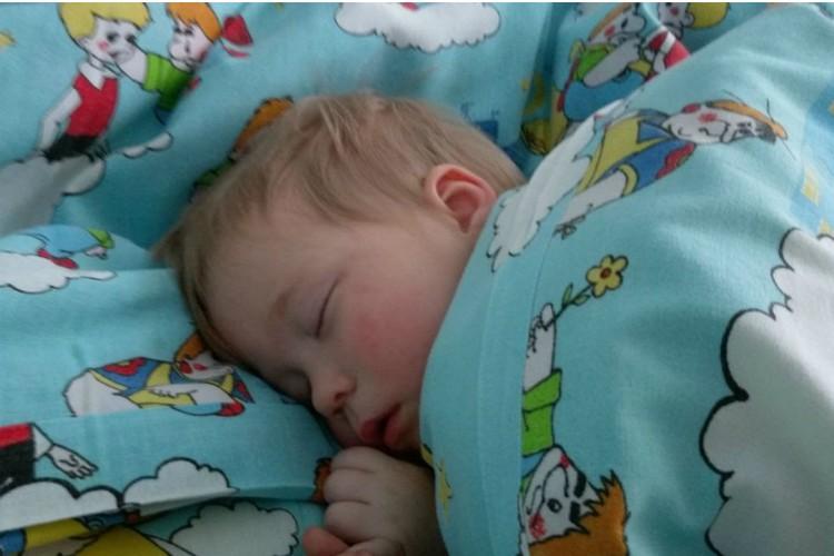 Федя спит в садике.