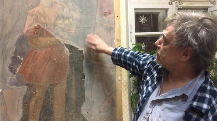 На фото - сохранённая часть рассыпавшегося панно и художник- живописец Владимир Иванов