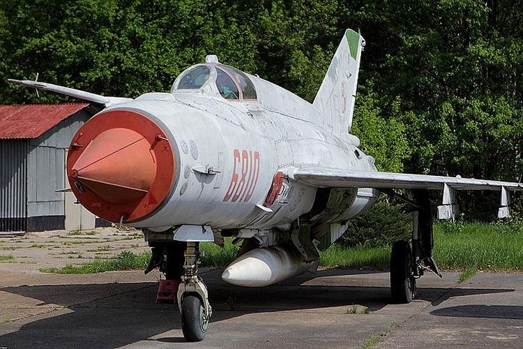 Такие истребители МиГ-21 разработки 50-х годов прошлого века выпускались до 1985 года