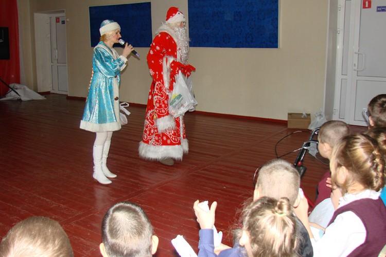 Для ребят Дед Мороз и Снегурочка устроили много весёлых конкурсов и игр.