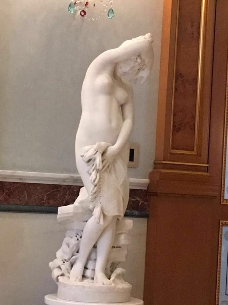 Особняк украшают скульптуры.