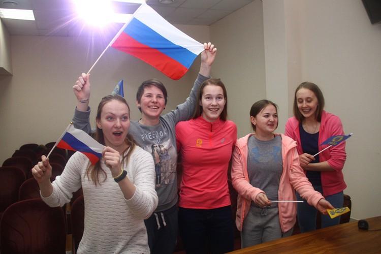 """Девчонки скандировали """"Россия, вперед!"""" и размахивали триколором."""