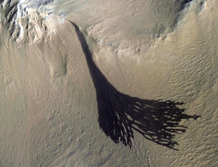 Ученые затрудняются объяснить, что столь обильно течет сечас - такое черное. Как грязь из канализационной трубы.