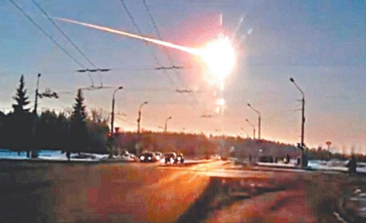 Кадр с записи авторегистратора с полётом метеорита над Челябинском.