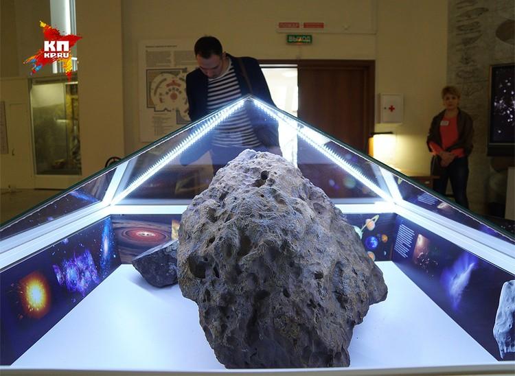 Болид челябинского метеорита в Челябинском областном краеведческом музее.