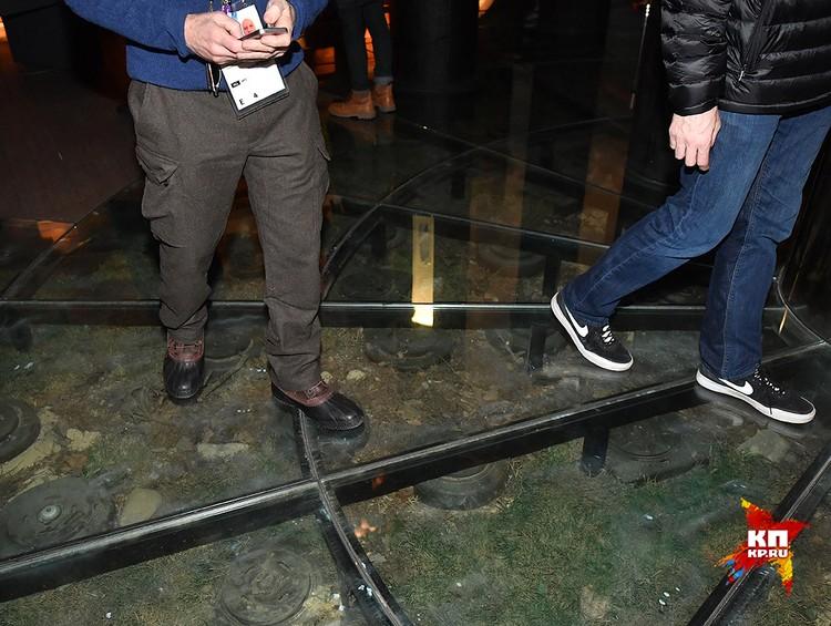 Посетители к стенду мины пробираются в прямом смысле через минное поле. Идти надо по стеклянному полу, под которым противотанковые мины. Жутковато дается каждый шаг.