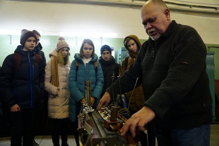 """""""Реальное"""" электрооборудование просто притягивает школьников"""