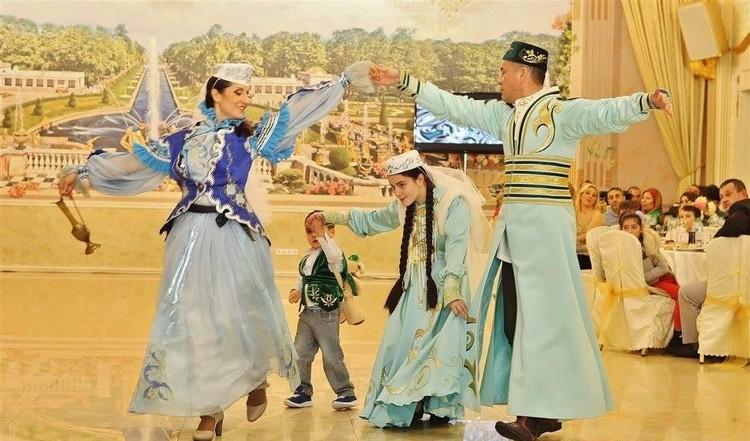 Женщина станцевала народный танец и презентовала чак-чак.