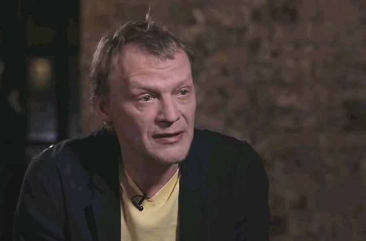 Алексей Серебряков во время беседы с Юрием Дудем.