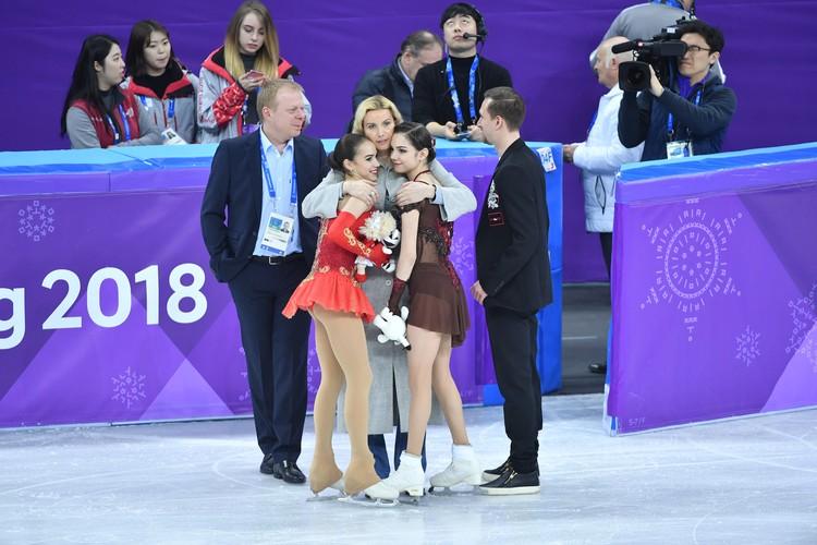 После завершения соревнований Загитова была достаточно откровенна с журналистами, поблагодарив для начала своего наставника Этери Тутберидзе (в центре).