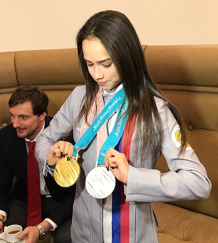 Алина Загитова, у которой еще утром была температура 38,5, стояла, держа в руках две своих медали