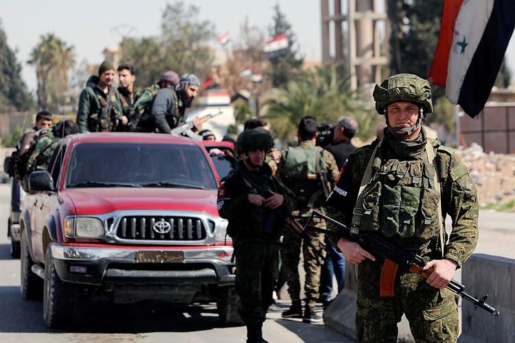 Российские военнуслужащие на одном из КПП в районе Дамаска.