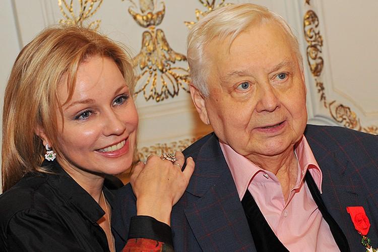 Почти 10 лет отношения Табакова и Зудиной продолжались «инкогнито», хотя в театре об этом знали