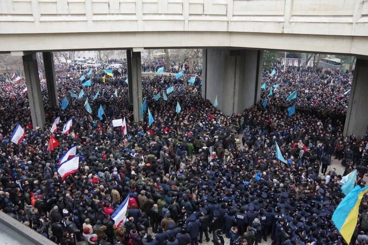 Видно, как разделились 26 февраля силы перед крымским парламентом. Фото: Александр Кадников