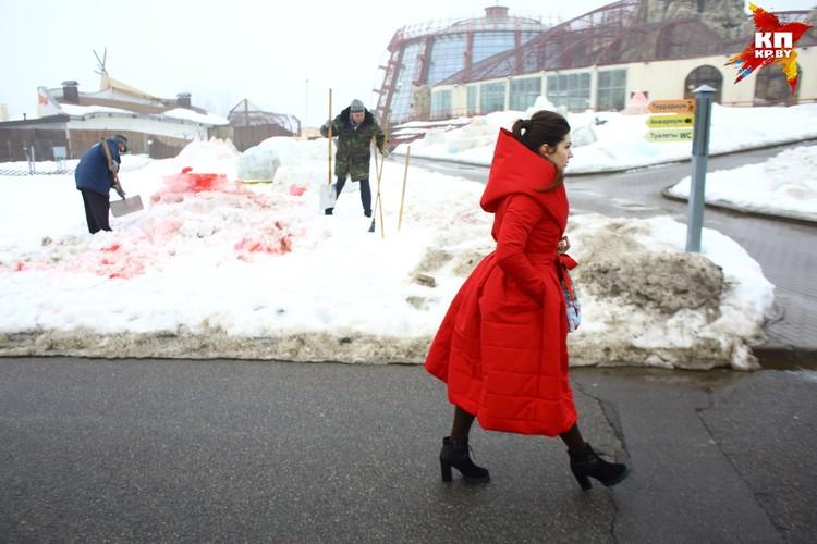 """Работники зоопарка """"разбирают"""" инсталяции из снега"""