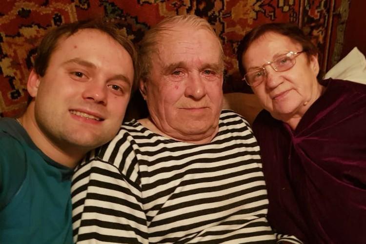 Семен с дедушкой Александром Дмитриевичем и бабушкой Аллой Рауфовной. Фото: личный архив Семена Павличенко.