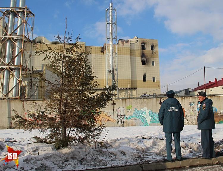 Говорят, здание настолько опасное, что даже пожарные рискуют, работая на завалах
