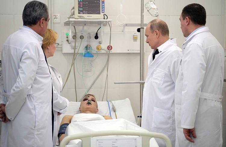 Владимир Путин пообщался с пострадавшими в пожаре и пожелал им скорейшего выздоровления.