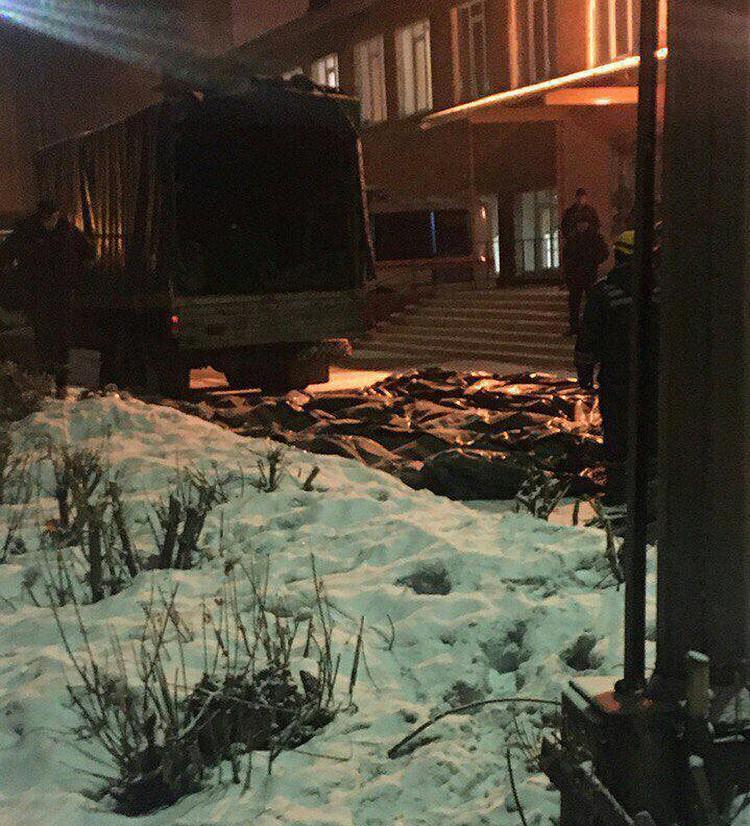 Активно распространяется информация о том, что на четвертом этаже сгоревшего ТЦ спасатели обнаружили сотни трупов, но им поручили скрывать правду.