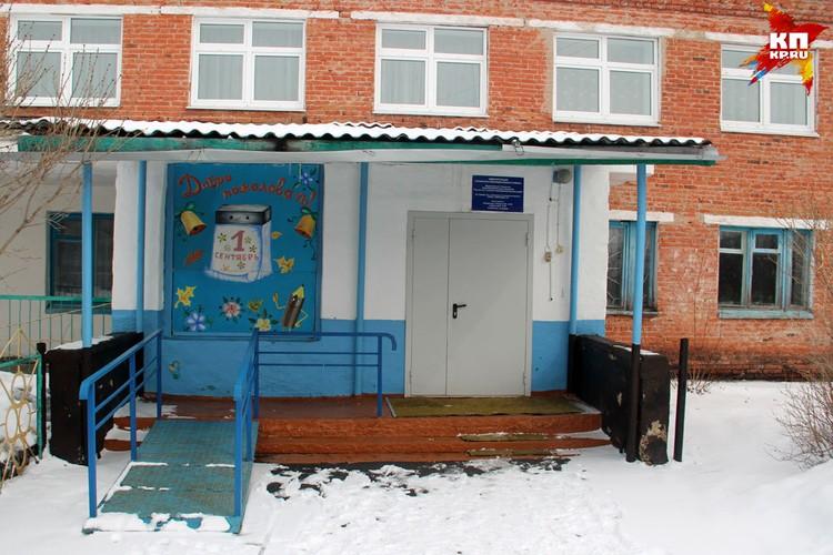 Трещевская школа по-прежнему закрыта на ключ. На входе ни траурных лент, ни цветов