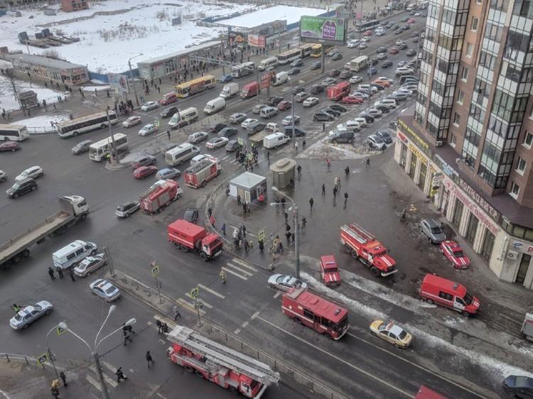 К дому стянули уже порядка 30 пожарных машин.