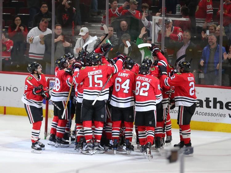 После матча вся команда бросилась поздравлять хоккеиста.