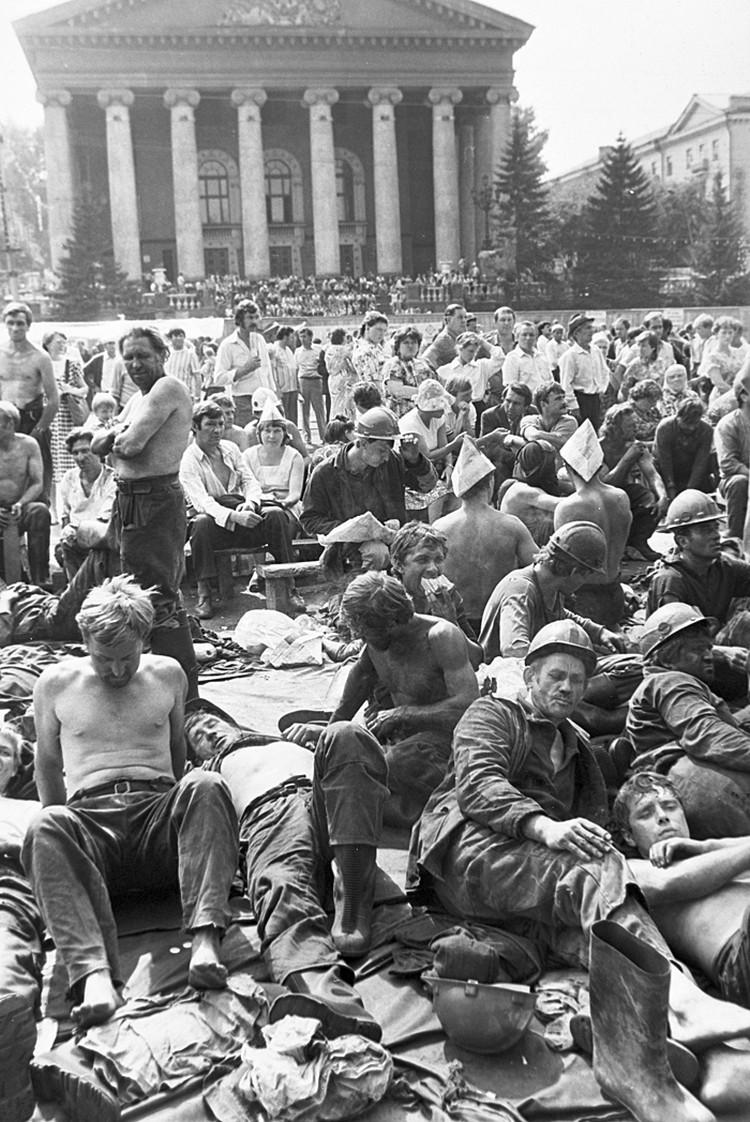 Когда Тулеев возглавил Кузбасс, бастующие шахтеры на центральной площади Кемерова были обычной картиной. Фото: Дмитрий Коробейников\ РИА Новости