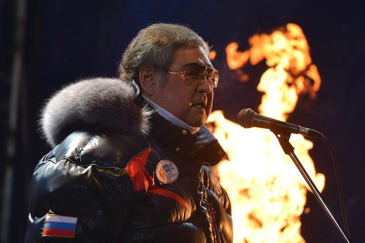 Аман Тулеев во время зажжения чаши Олимпийского огня в Кемерово