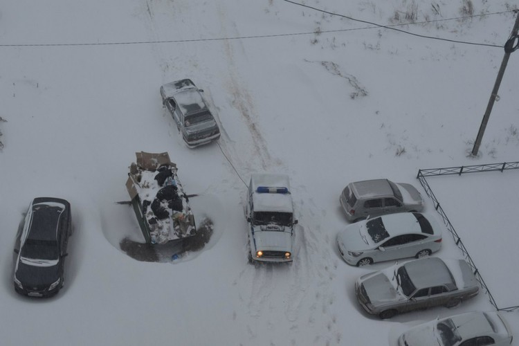 Водители не бросают друг друга в беде. Фото: vk.com/zlo43