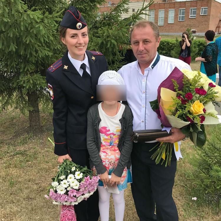 Виктория успешно закончила Академию: на фото она вместе с отцом Евгением и младшей сестрой