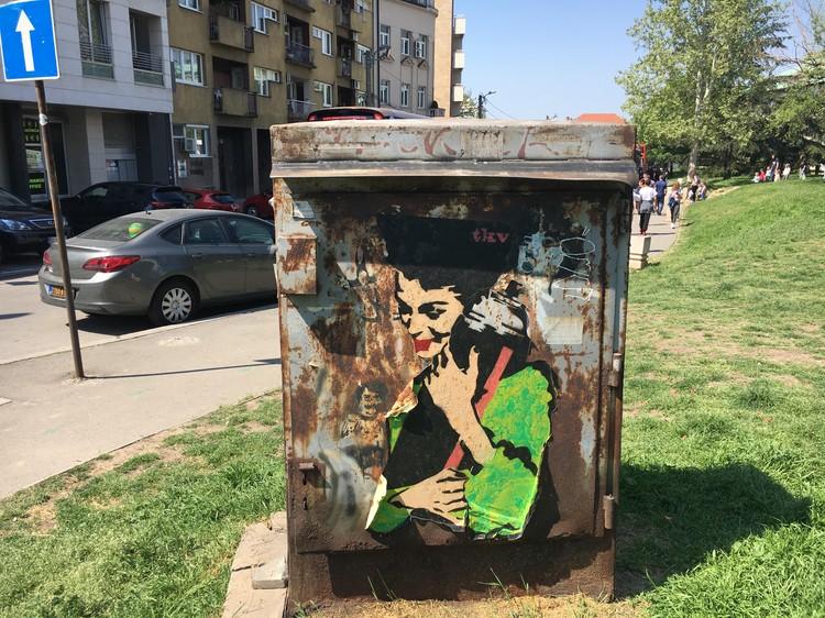 Белградское граффити. Женщина держит неразорвавшийся натовский снаряд.