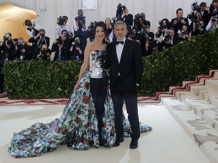 Джорж Клуни шутил, что под пышным шлейфом его жены прячутся их близнецы.