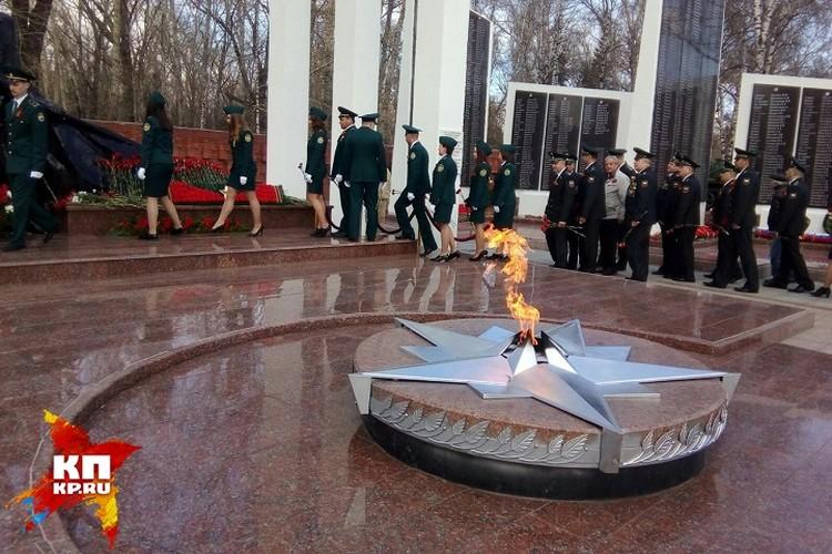 Сотрудники полиции тоже возложили цветы к Вечному огню