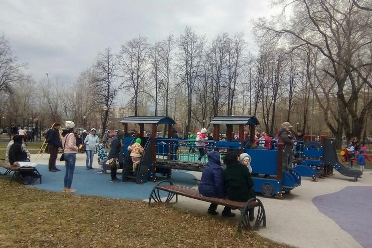 Ребятишки резвятся на детской площадке