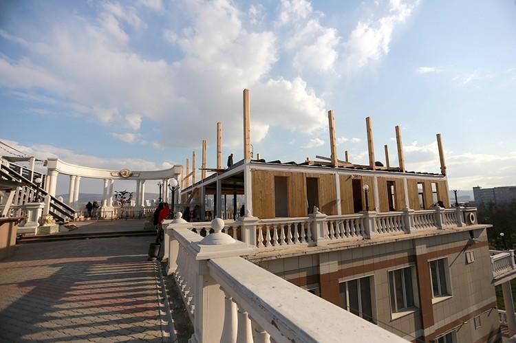 В южном здании (которое выходит на набережную) изначально планировался Дворец бракосочетаний.