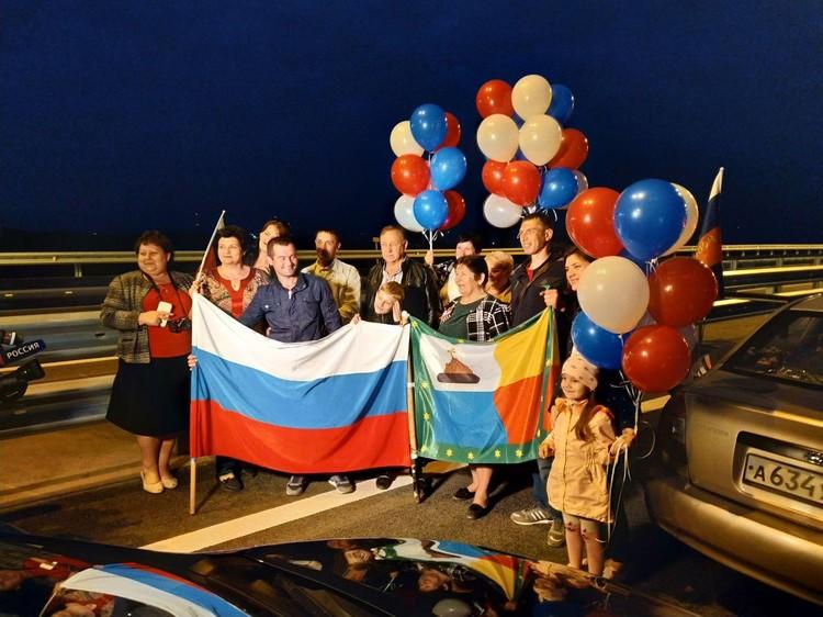 Люди едут с шарами и флагами