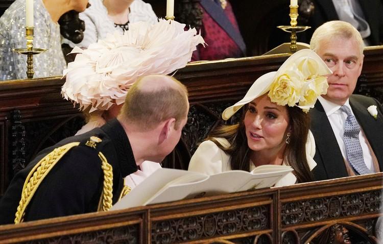 Герцог и герцогиня Кембриджские о чем-то увлеченно шепчутся через кресло мачехи жениха, Камиллы