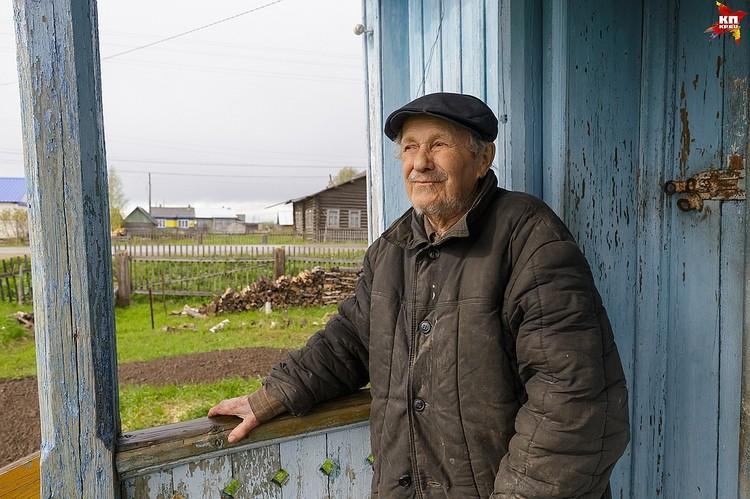 Скопив приличный капитал, Евгений Попов так и остался жить в отцовском доме - с русской печью и водой из колодца