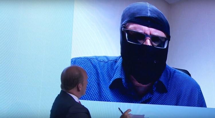 Маска, очки, жуткий русский акцент - Родченкова ничто не может скрыть.